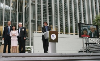 Chị Phan Thị Công và ông Ivan Kennedy nhận giải thưởng