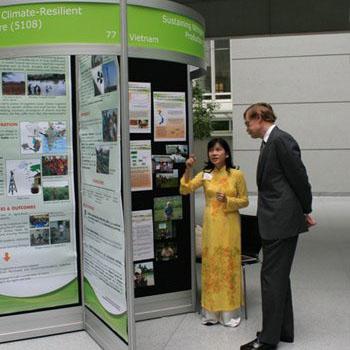 Chị Phan Thị Công đang giới thiệu dự án cho Chủ tịch Ngân hàng Thế giới Robert Zoelick
